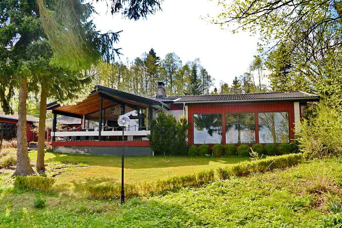 """Die """"Villa Hardanäs"""" liegt sehr ruhig auf einem großen Grundstück. Die wenigen Nachbarhäuser sind kaum zu sehen."""