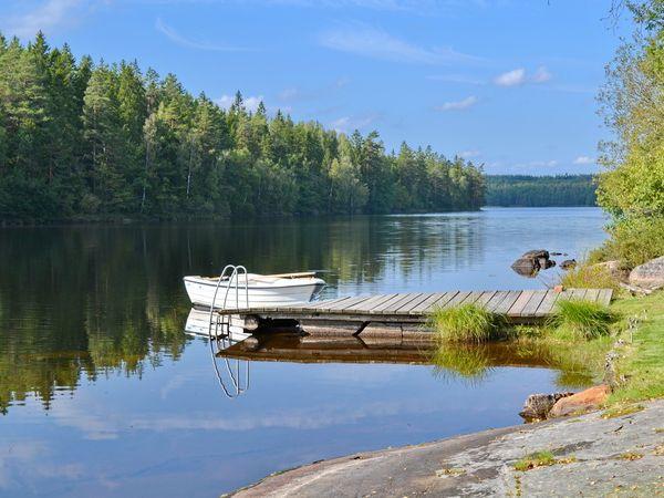 Boots- und Badesteg mit hauseigenem Boot