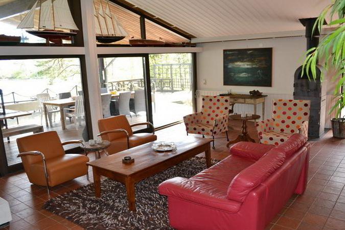 kleines Wohnzimmer mit Sat-TV (auch deutsche Programme)