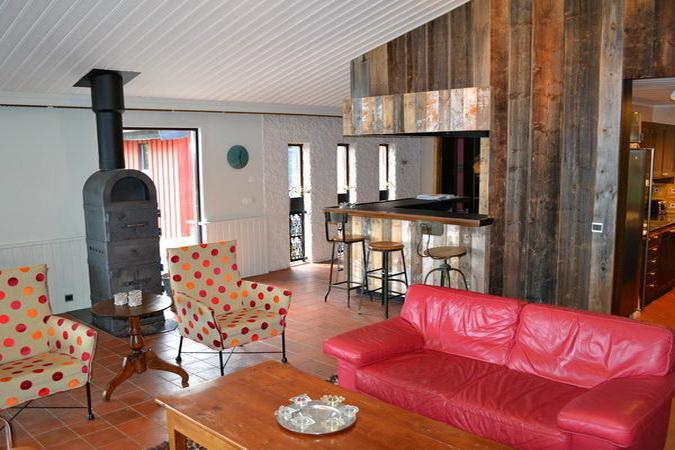 Blick auf die im kleinen Wohnzimmer gelegene Küche + Bar