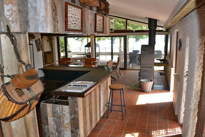 Blick von der Bar in Richtung See // rechts im Bild: der Kaminofen