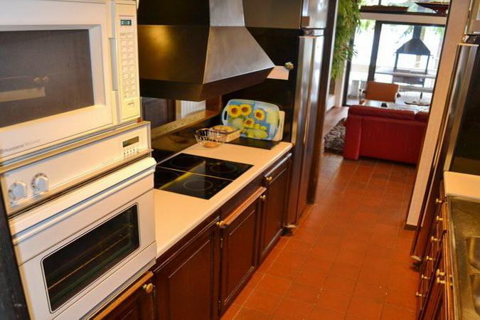 Küche mit Induktionsherd, Backofen, Mikrowelle, Kühl-Gefrierkombination und Geschirrspüler
