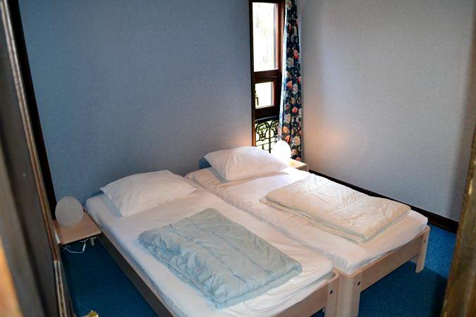 Schlafzimmer 4 mit 2 Betten (einzeln oder zusammen stellbar)