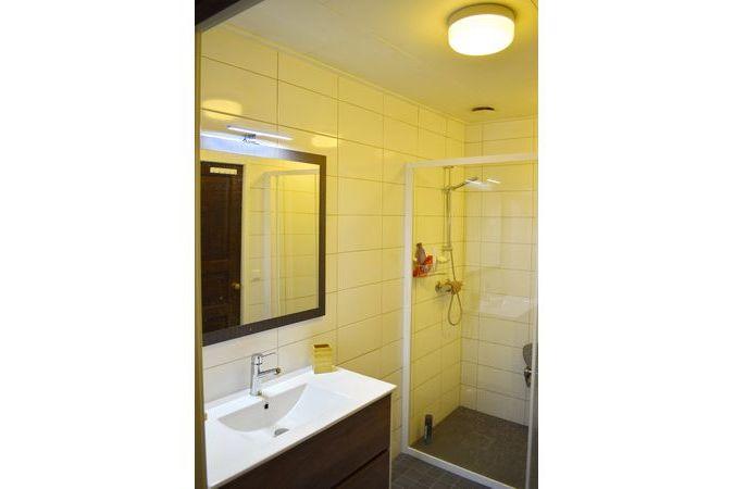 Duschraum mit Waschbecken und Dusche