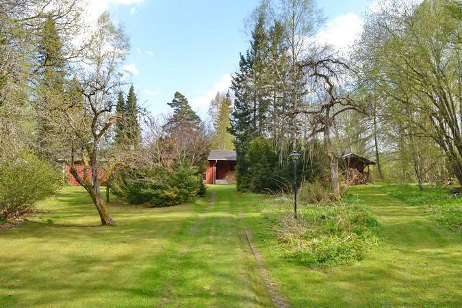 großes Gartengrundstück mit Zufahrt zum Haus