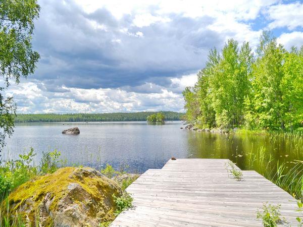 Blick vom Badesteg über den großen See