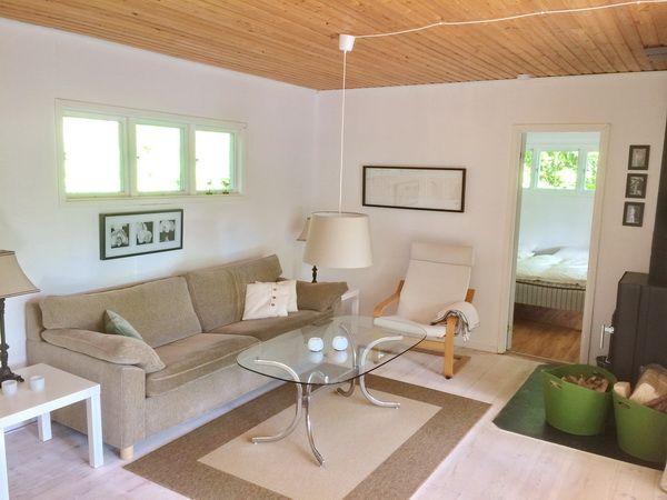Wohnzimmer mit Kaminofen und deutschem Sat-TV
