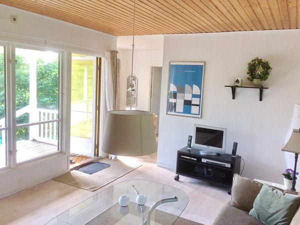 Blick vom Wohnzimmer zur Küche und zur Veranda