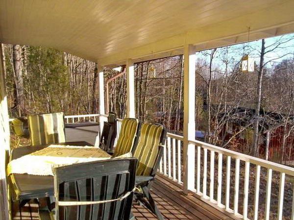 große Überdachte Veranda mit Gartenmöbeln und Grill