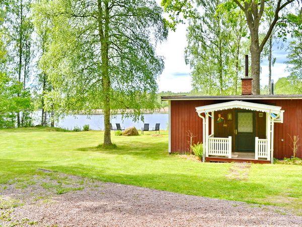 Blick auf das Haus mit dem See im Hintergrund