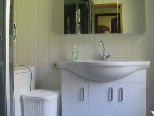 Badezimmer mit Biotoilette, Dusche und Waschmaschine