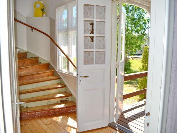 Flur mit Ausgang zur Veranda und Treppe ins Obergeschoss