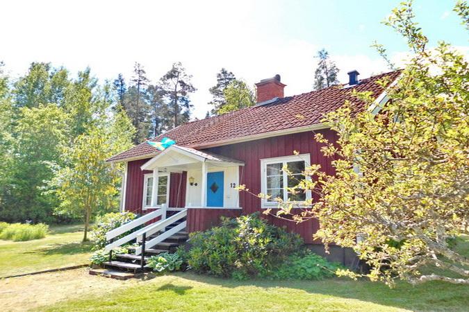 """Das typische """"Schwedenhaus"""" liegt idyllisch am Dorfrand auf einem tollen Gartengrundstück."""