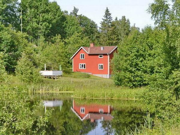 """Blick über den kleinen See zum Ferienhaus """"Gröndal"""""""