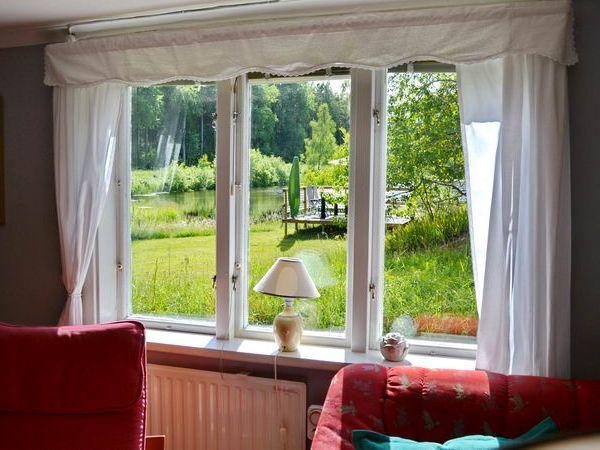 Blick vom Wohnzimmer auf den kleinen See
