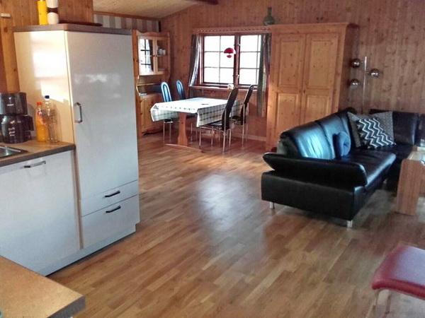 Blick von der Küche ins Wohnzimmer mit Essplatz