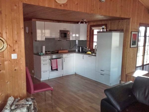 Blick aus dem Wohnzimmer in die moderne Küche