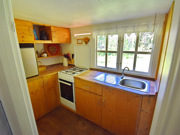 Küche mit Gas-Kühlschrank und Gas-Herd (4-Kochfelder + Backofen)