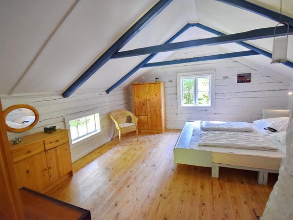 Schlafzimmer mit Doppelbett im Obergeschoss