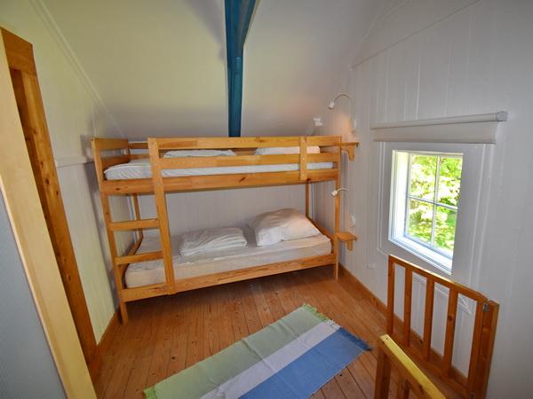 Schlafzimmer mit Etagenbett im Obergeschoss