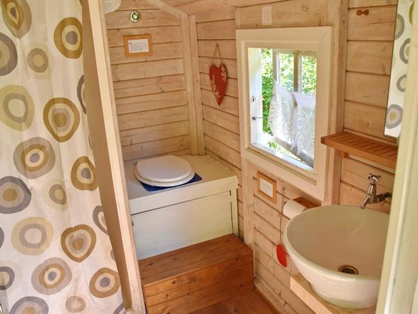 Blick ins Toilettenhäuschen mit Dusche und Trockentoilette