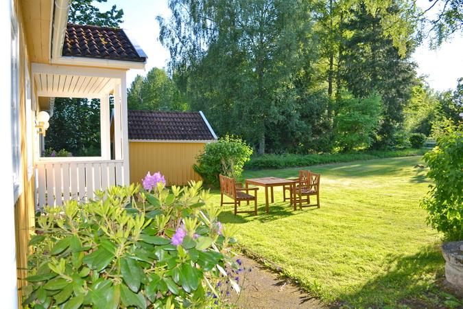 Blick in den Garten vor dem Haus
