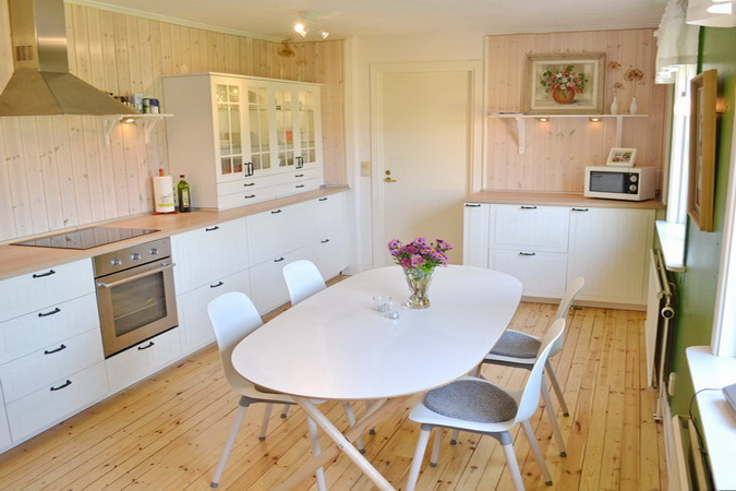 Küche mit u.a. Geschirrspüler, Kühl-Gefrierkombination und Mikrowelle