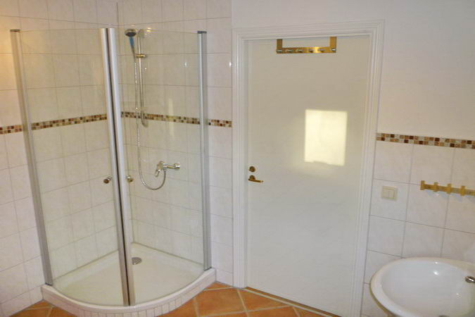 Eckdusche im großen Badezimmer