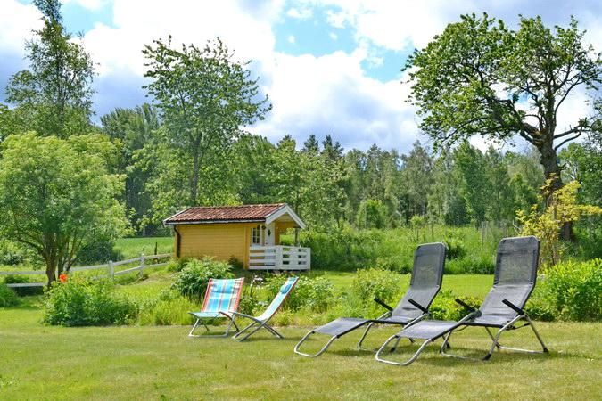 """Garten mit Sonnenliegen und """"Lilla huset"""" (Gästehaus)"""