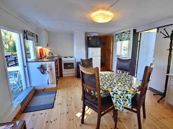 Wohnzimmer mit integrierter Küche (Blick zur Seeterrasse)