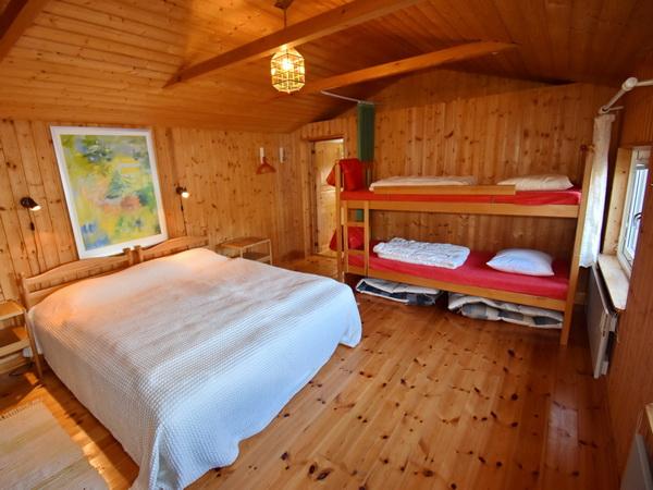 Schlafzimmer mit Doppelbett und Etagenbett (mit Vorhang abteilbar)