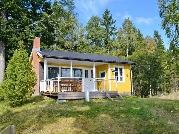 Frontansicht des Hauses mit großer Veranda mit Seeblick