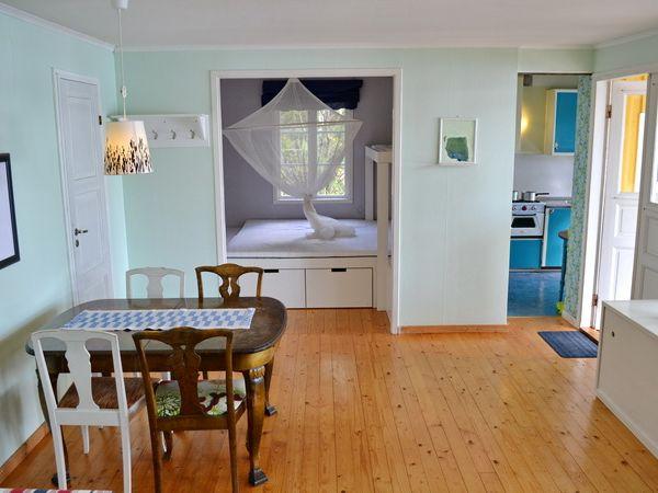 Wohnzimmer mit Blick zum Schlafzimmer und zur Küche