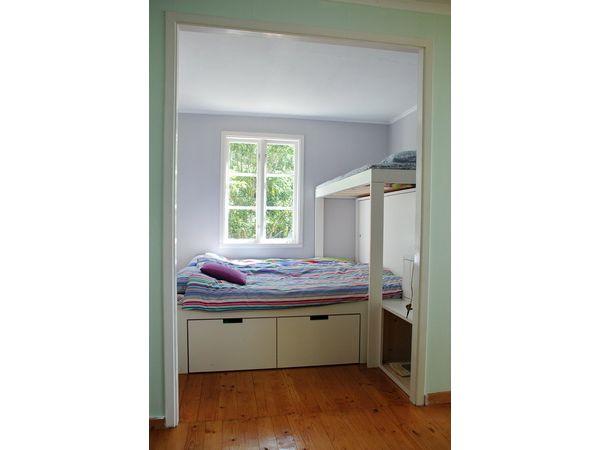 Schlafzimmer mit Doppelbett und Einzel-Hochbett