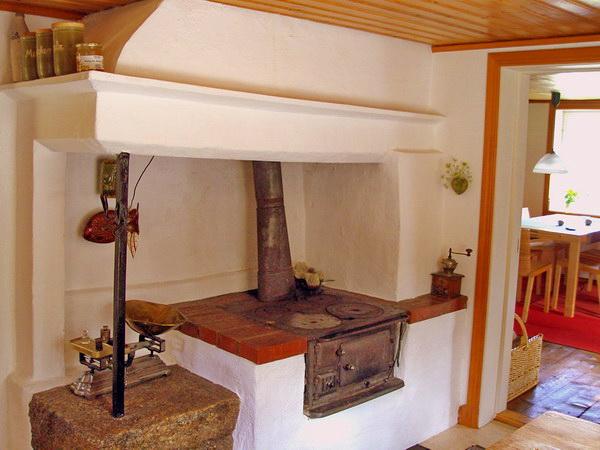 traditioneller Holzherd in der Küche