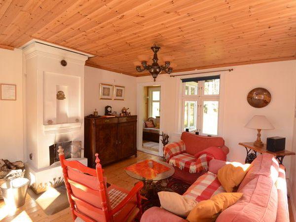 Wohnzimmer mit Kamin im Erdgeschoss
