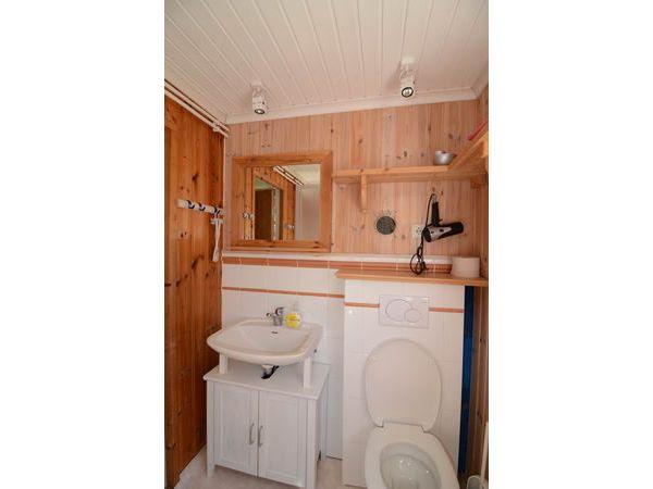 modernes Bad mit WC und Dusche