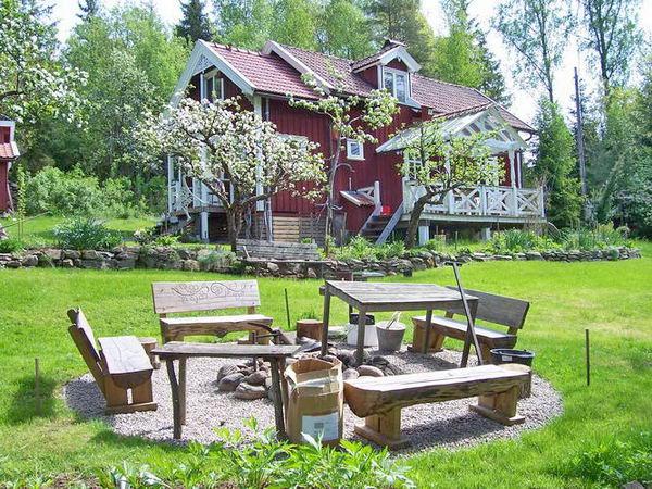 Grillplatz auf dem Grundstück und Blick zum Ferienhaus