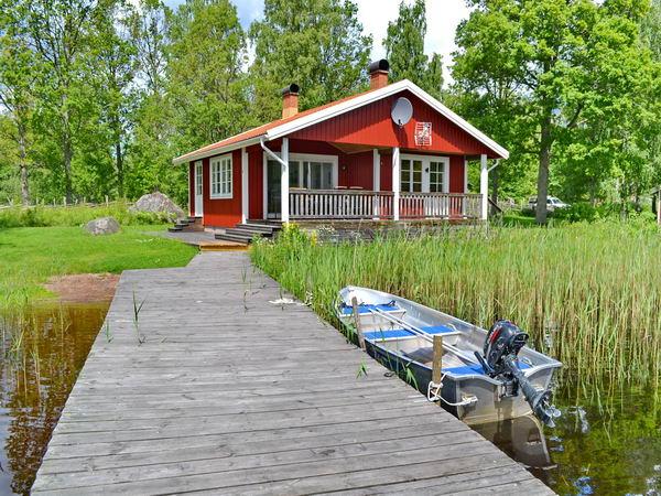 Blick vom Boots- und Badesteg auf das Haus