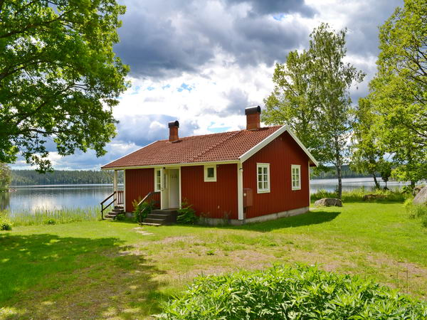 Blick über das Wiesengrundstück auf das Haus