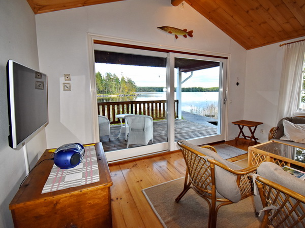 Blick aus dem Wohnraum über die Veranda zum See