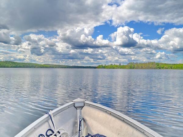 Das hauseigene Boot mit Motor ist ideal zum Angeln auf dem See!