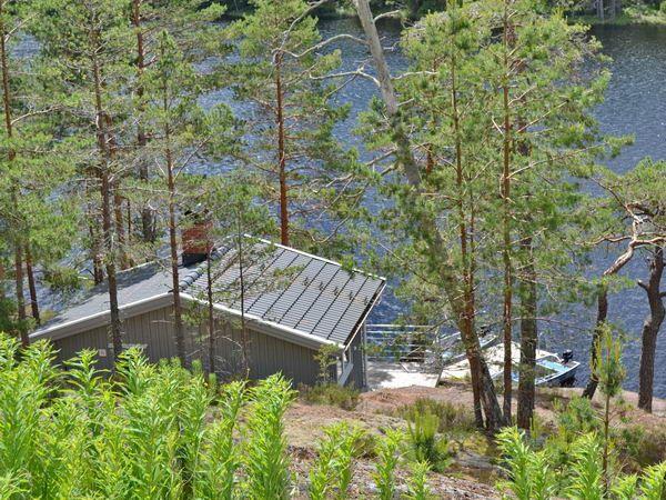 Blick vom Haupthaus zum Saunahaus am See