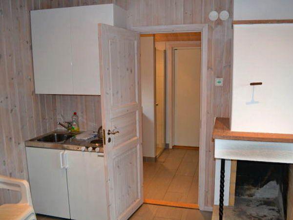 Sauna-Ruheraum mit kleiner Küche und Kamin