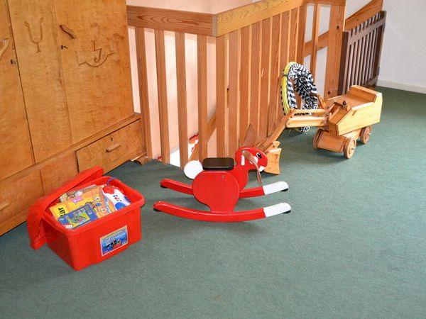 Diverse Kinderspielsachen sind im Haus vorhanden.