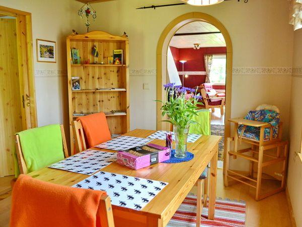 Esszimmer mit Blick zum Wohnzimmer