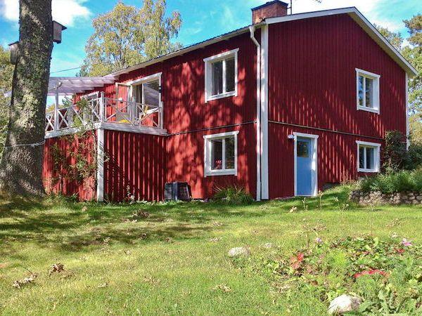 Blick aus dem Garten auf das Haus mit Terrasse