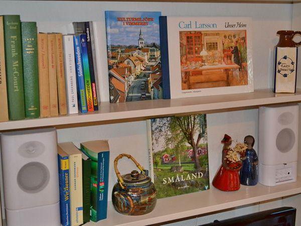 Bücherwand mit passender Urlaubslektüre