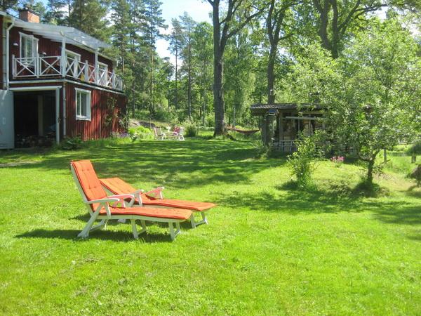 Wiesengrundstück mit Sonnenliegen und Gästehaus