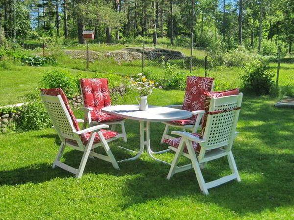 Extra-Gartenmöbel auf dem Wiesengrundstück